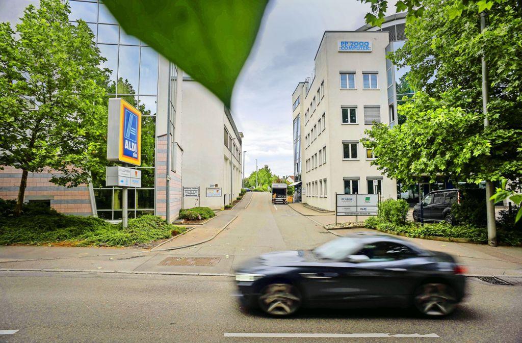 Der Unglücksort am Tag danach: Der Parkplatz hinten rechts ist durch Bäume und Buschwerk beschränkt einsehbar. Foto: Lg/Max Kovalenko
