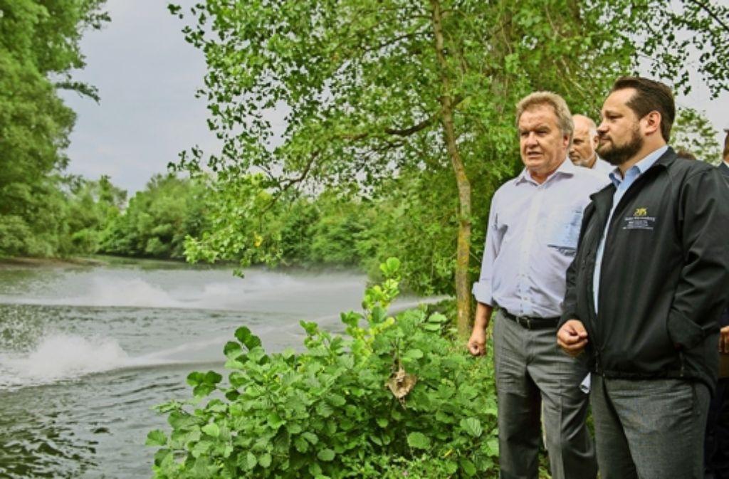 Umweltminister Untersteller (links) und sein für den Ländlichen Raum zuständiger Kollege Bonde (Grüne) in Krautheim. Foto: dpa