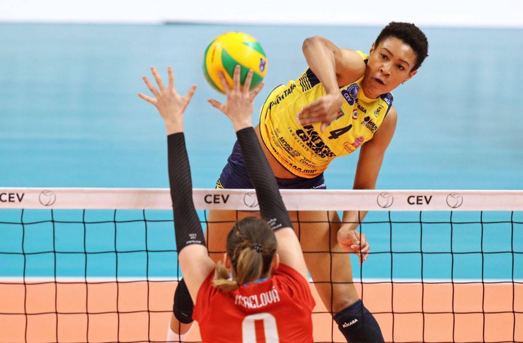 Hat schlagkräftige Argumente: Simone Lee (hinten) geht künftig für Allianz MTV Stuttgart auf Punktejagd. Foto: imago//Stejskal Ivo