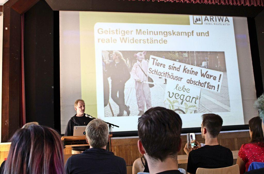 Achim Stammberger (Animal Rights Watch) beim Vortrag Foto: Tilman Baur