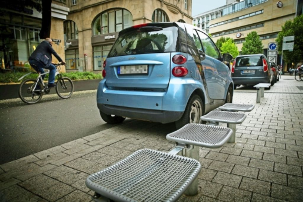 Alles wie gehabt: Jetzt wird  vor den neuen Sitzbänken geparkt. Foto: Lichtgut/Achim Zweygarth