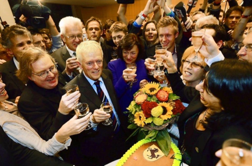 Am Abend der OB-Wahl haben die Grünen ihren siegreichen OB-Kandidaten Fritz Kuhn (Zweiter von links) gefeiert. Im Januar beginnt der politische Alltag. Foto: Steinert