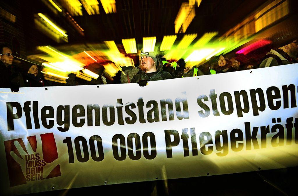 Der Mangel am Pflegepersonal treibt die Mitarbeiter der Kliniken, wie hier in Tübingen, immer wieder auf die Straße. Doch für Personal aus dem Ausland gibt es hohe Hürden. Foto: dpa