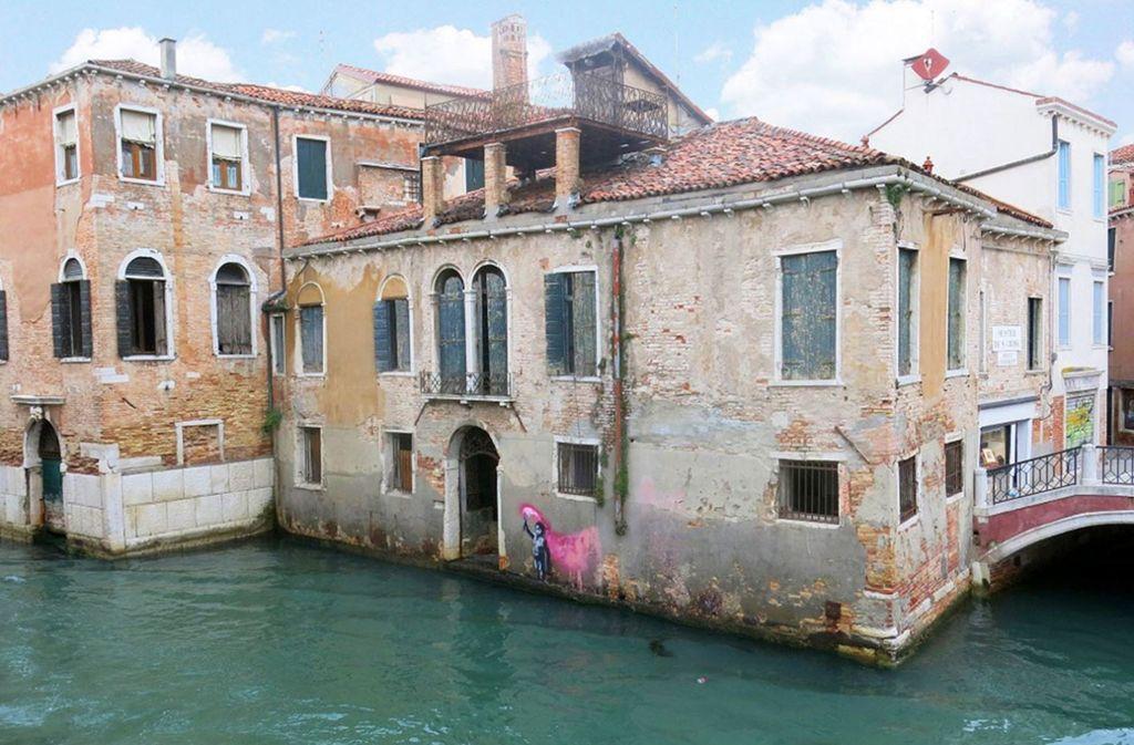 """Das Maklerunternehmen  bezeichnet das eher baufällig wirkende Gebäude als """"The Banksy Estate!"""". Foto: Engel & Völkers"""