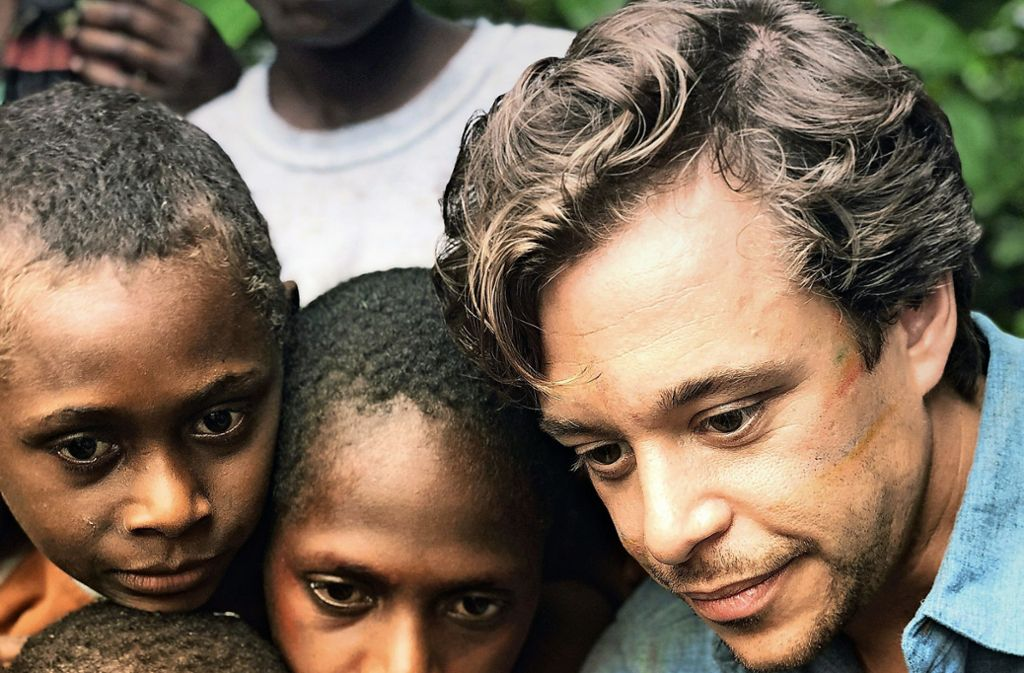 Checker Tobi  bei Dreharbeiten für seinen Kinofilm – mit Kindern in einem Dorf auf der Insel Tanna im Inselstaat Vanuatu im Südpazifik Foto: Megaherz Film