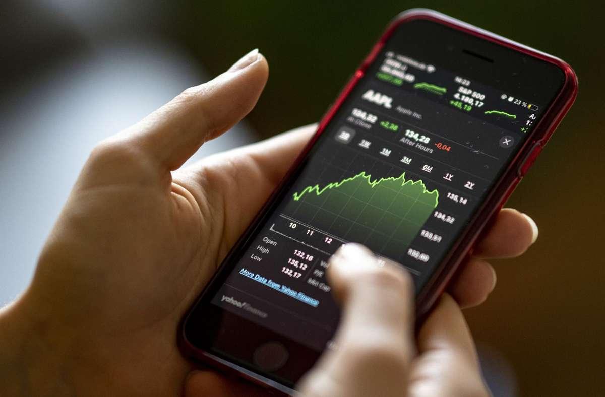 Durch Börsen-Apps wird der Zugang zu dem Thema relativ einfach gemacht. Foto: dpa/Fabian Sommer