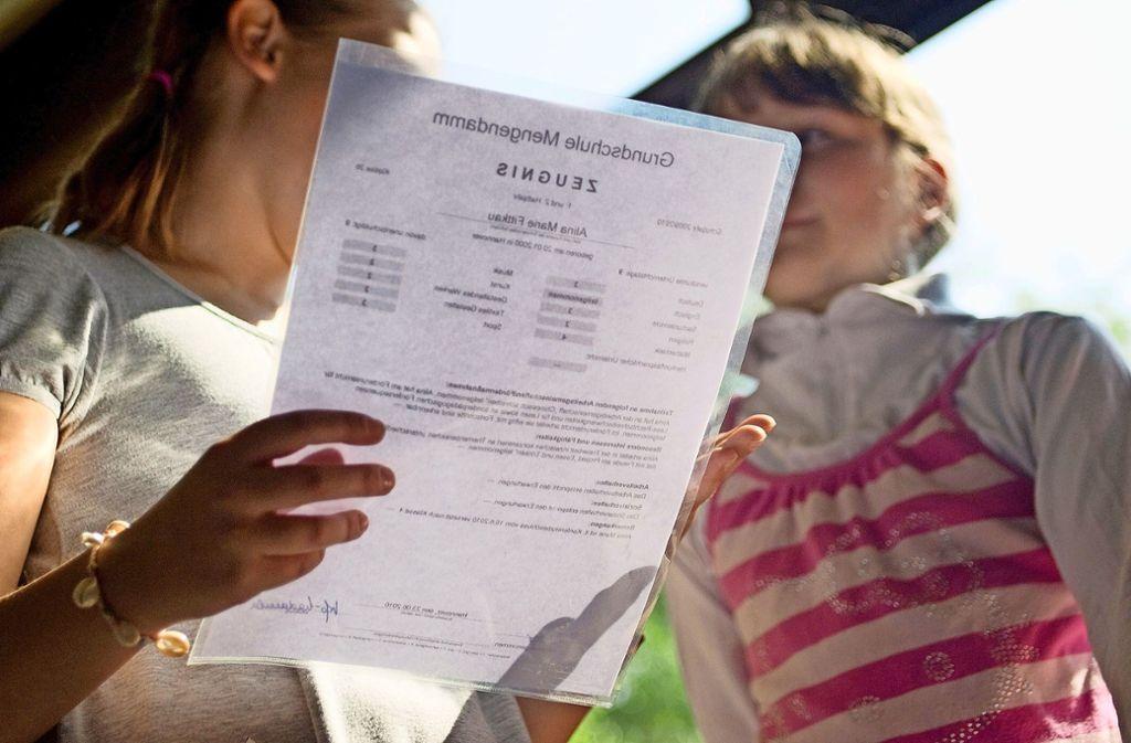 Papier mit Konfliktpotenzial: Die grün-schwarze Koalition streitet über das Projekt von Grundschulzeugnissen ohne Noten. Foto: dpa