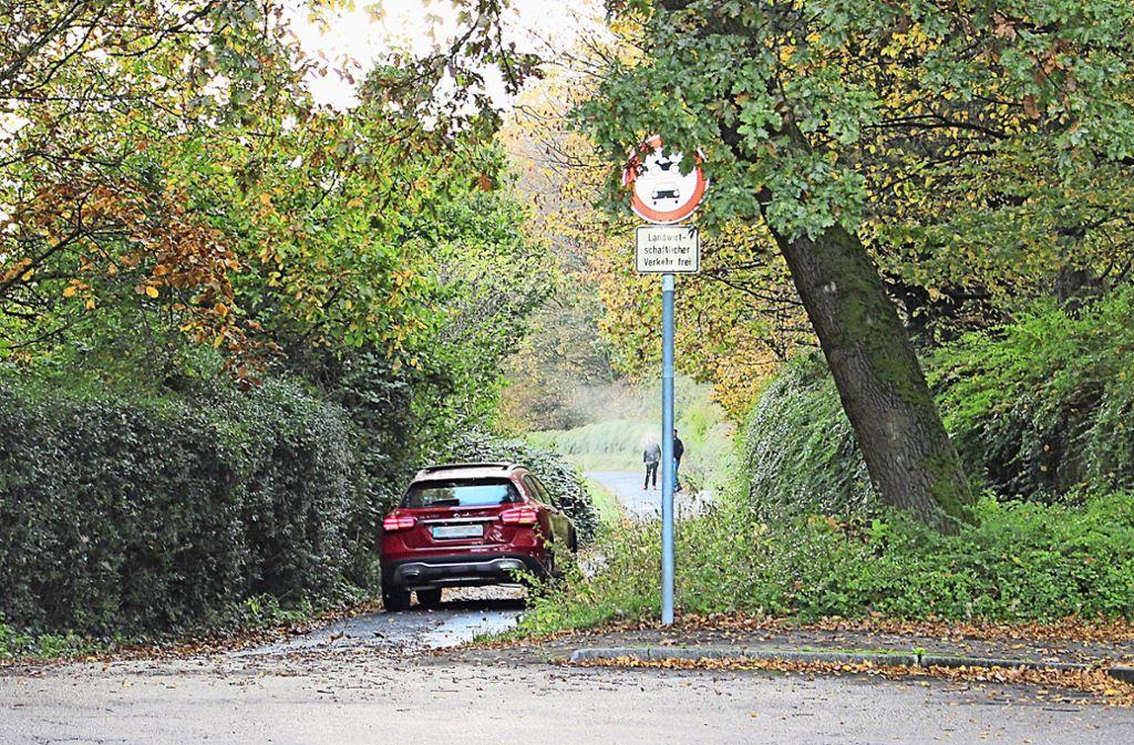 Ein SUV auf Abwegen: Wie der Fahrer dieses Autos nutzen einige  den verbotenen Schleichweg in der Verlängerung des Höhenringwegs. Foto: