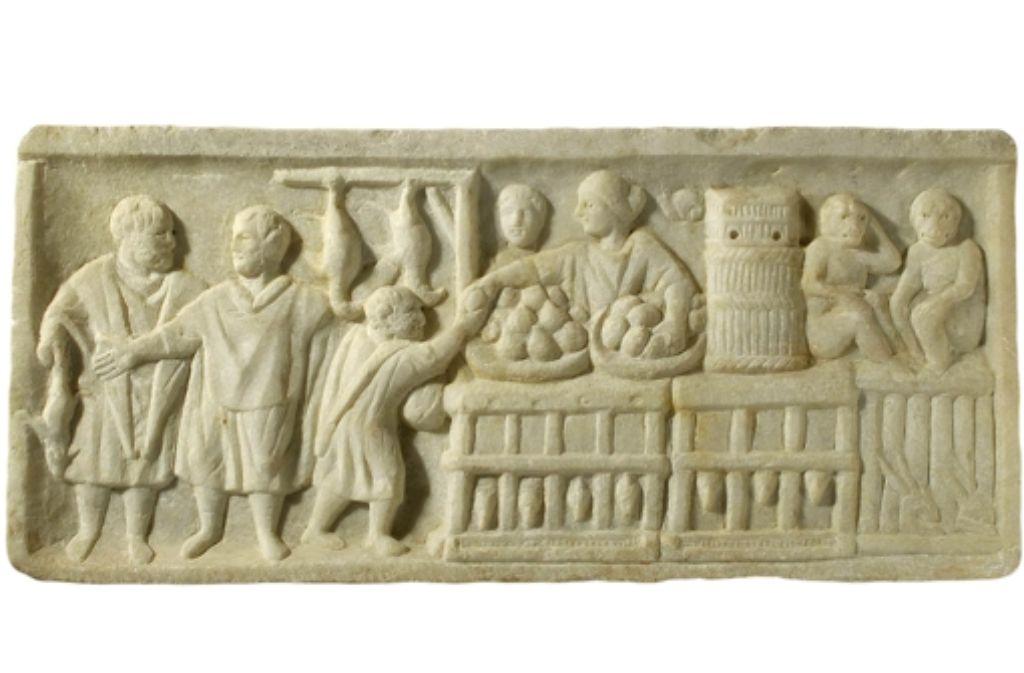 Ein  Straßenhändler, der Hühnchen und Brote verkauft  – Relief aus der römischen Hafen-Vorstadt Ostia, 3. Jahrhundert nach Christus  Foto: Katalog