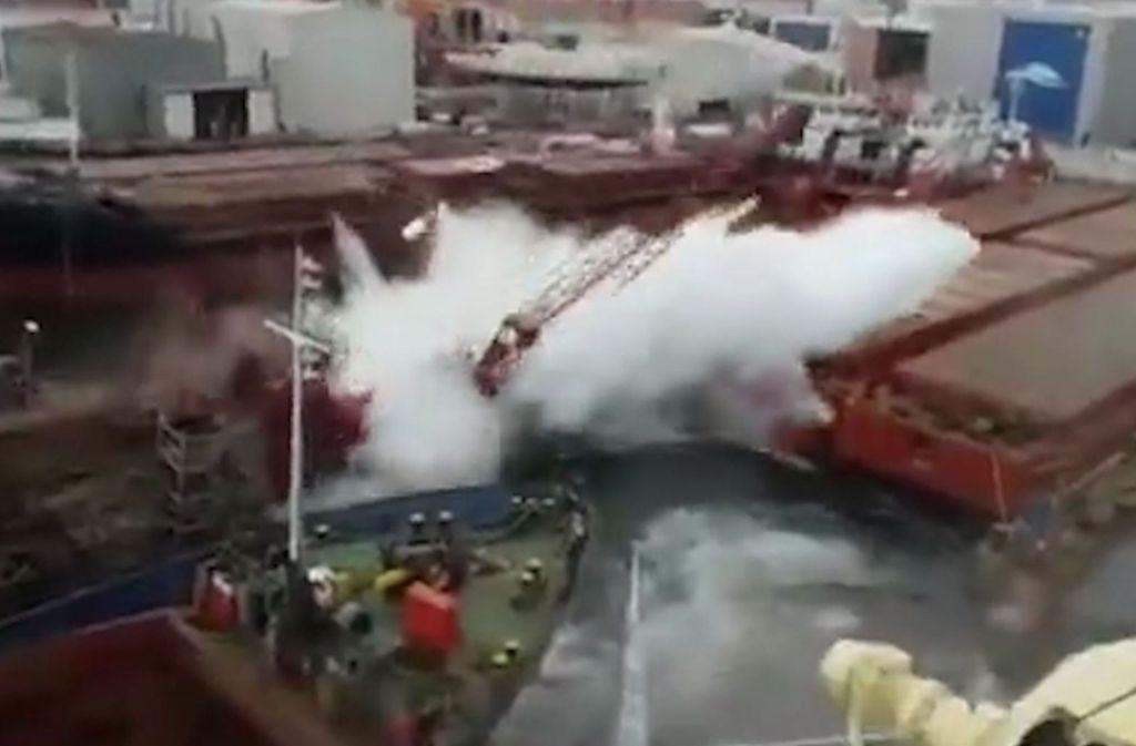 Einer der beiden Kräne schlägt in der Werft von Tuzla mit voller Wucht auf dem Wasser auf. Foto: Glomex