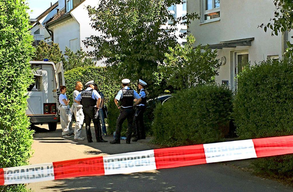 Für das Opfer kommt jede Hilfe zu spät: Polizisten vor dem abgesperrten Wohnhaus in Riedenberg. Foto: Wolf-Dieter Obst