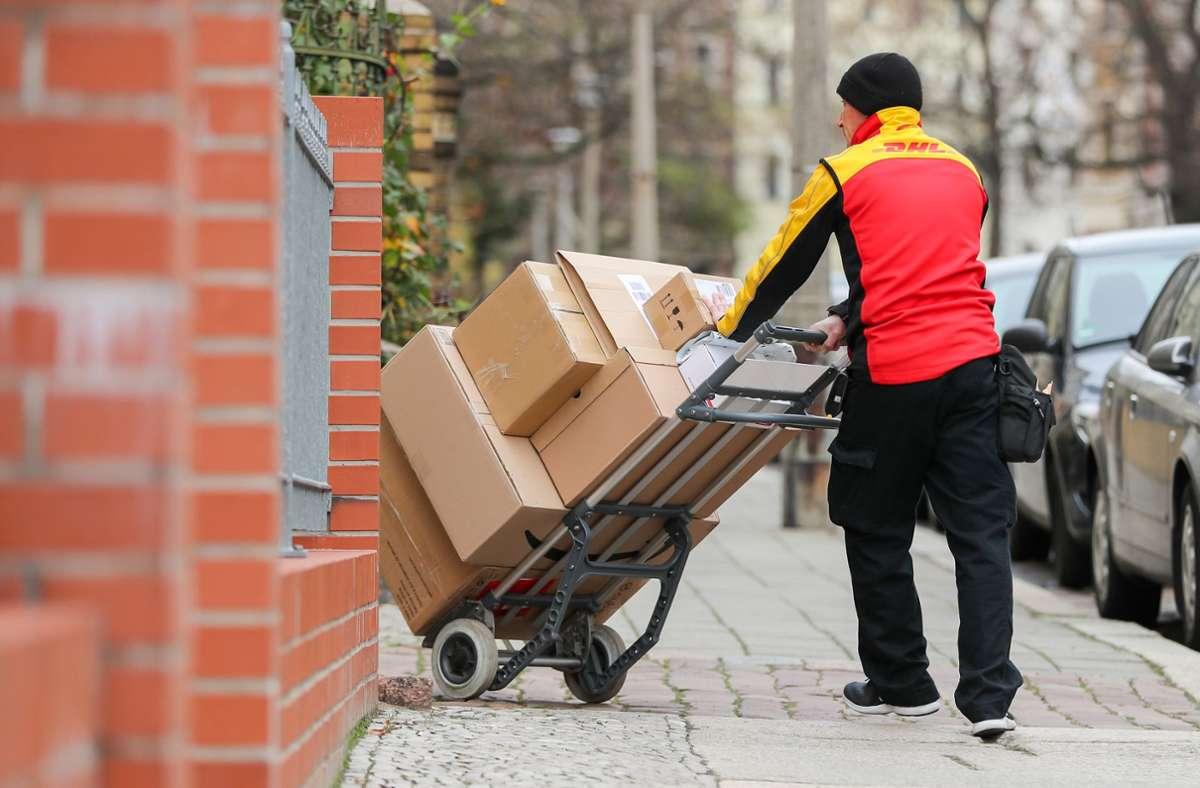 Ein Paketzusteller – Online-Handel boomt, wird aber teilweise teurer. (Symbolbild) Foto: dpa/Jan Woitas