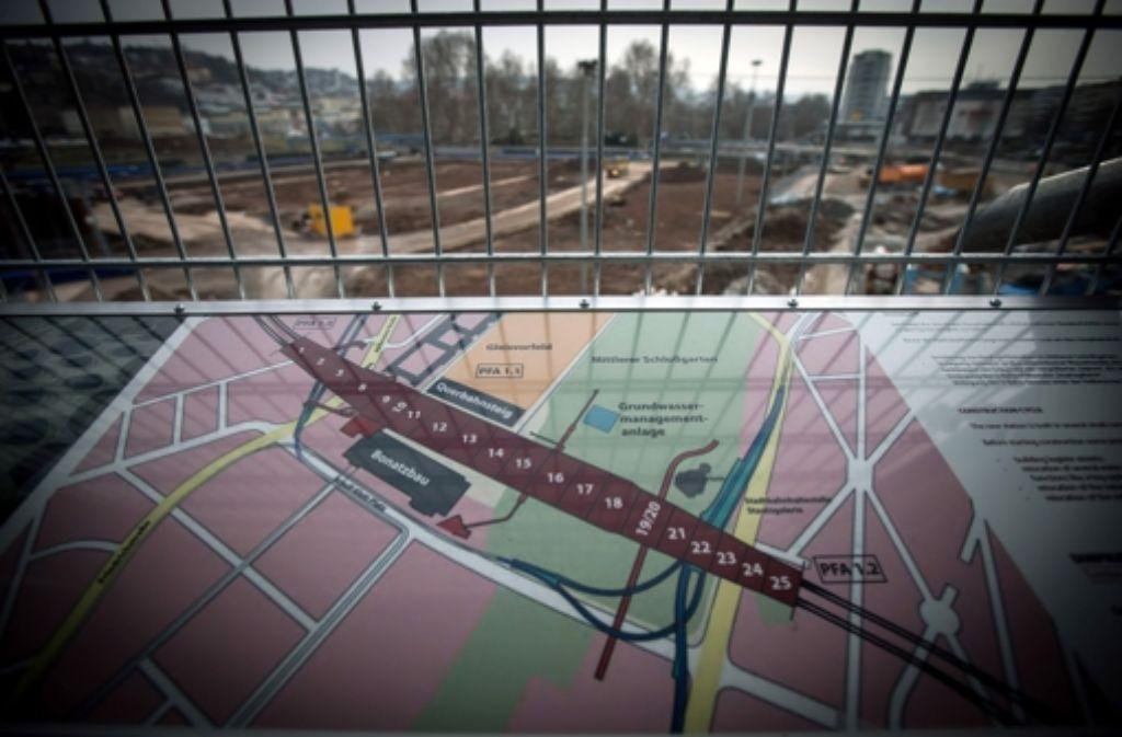 Das Bauverfahren für den Nesenbach-Abwasserkanal (in der Grafik der rote Strich, der das Baufeld 19/20 kreuzt) ist umstritten. Foto: Achim Zweygarth