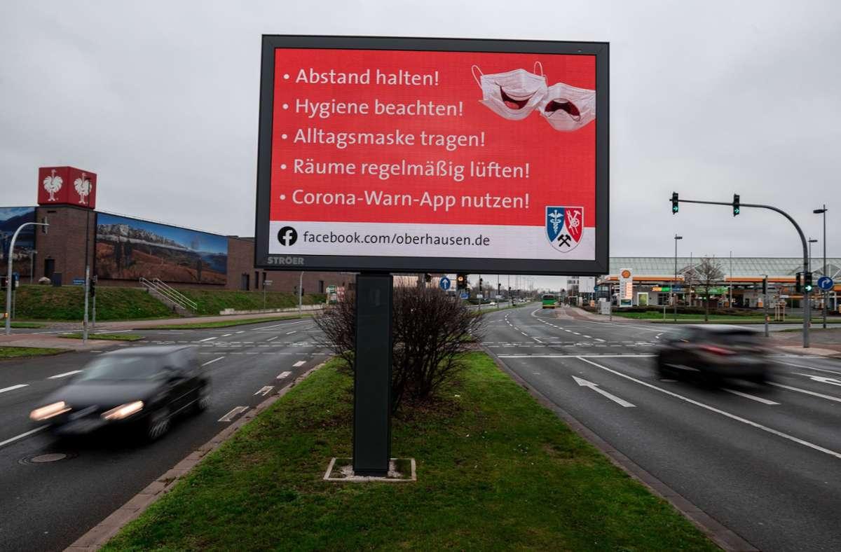 Auch im Straßenverkehr wird dafür geworben: Tafel  im Ruhrgebiet mit dem Hinweis auf die Corona-Warn-App Foto: dpa/Fabian Strauch