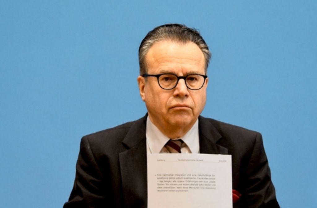 Pressekonferenz von Frank-Jürgen Weise in Berlin: Bis zu  770 000 offene Asylfälle schiebt sein Amt vor sich her. Foto: AFP