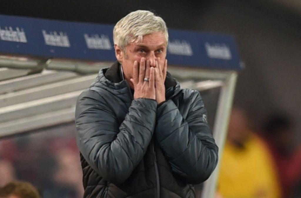 VfB-Trainer Armin Veh ist vom Ausgang des Spiel schockiert. Wie er und seine Spieler  die Partie beurteilen zeigt die Bilderstrecke. Foto: Bongarts