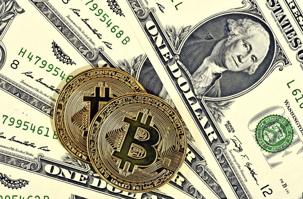 Das Bitcoin-Zeichen schimmert golden – doch nur wenn dahinter Dollar oder Euro stehen, ist es auch etwas wert. Foto: imago