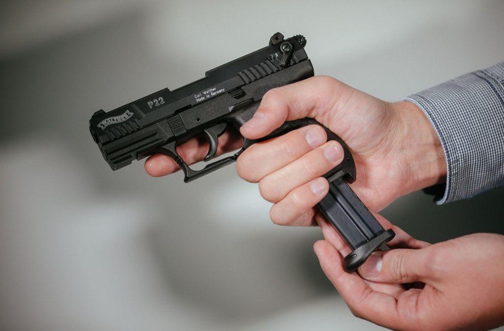 """Schreckschuss-Pistole """"Walther P22"""" mit Magazin: Immer mehr solcher Waffen, die unter den Kleinen WWaffenschein fallen, gehen in Deutschland über die Ladentheke. Foto: dpa"""
