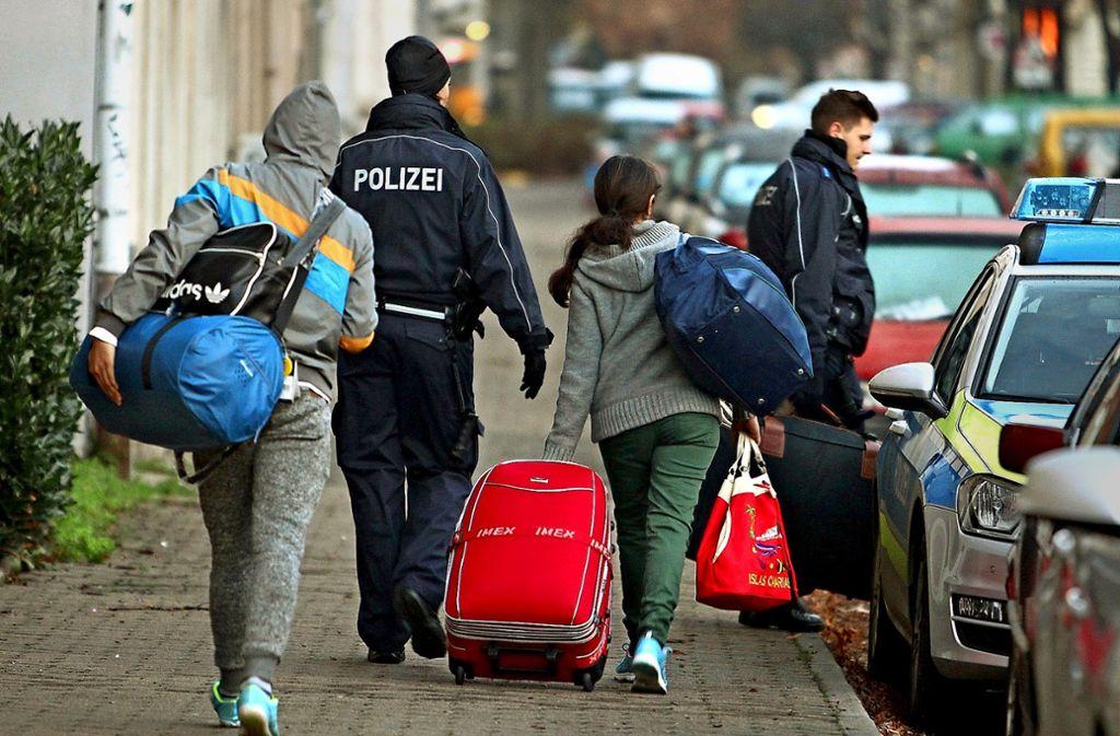Nicht mit Zwang, wie hier bei einer Abschiebung, sondern mit Anreizen für eine freiwillige Rückreise von Flüchtlingen hat sich der Ludwigsburger Kreistag befasst. Foto: