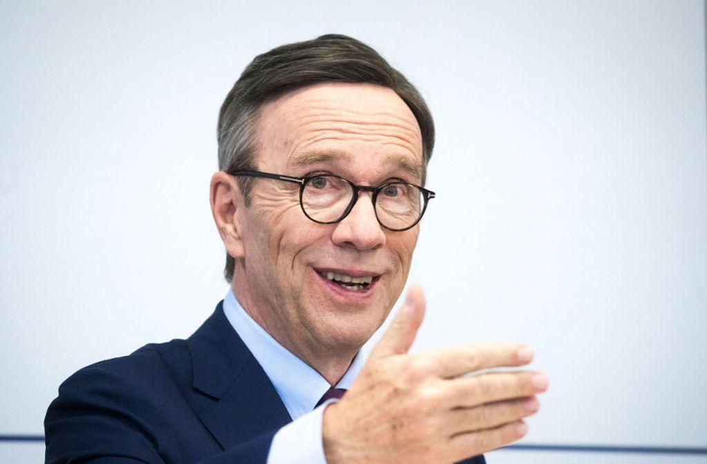 VDA-Präsident Wissmann warnt vor einem Flickenteppich mit Fahrverboten. Kein Autofahrer wüsste dann mehr, welche Regeln in einer Stadt gälten. Foto: dpa