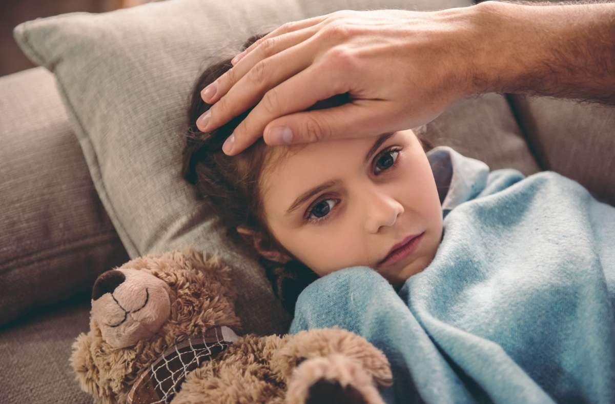 Das Kind ist krank, die Schule ist geschlossen: Doch was ist mit einem Lohnausgleich, wenn die Eltern zuhause bleiben und das Kind betreuen müssen? Foto: imago images/GeorgeRudy