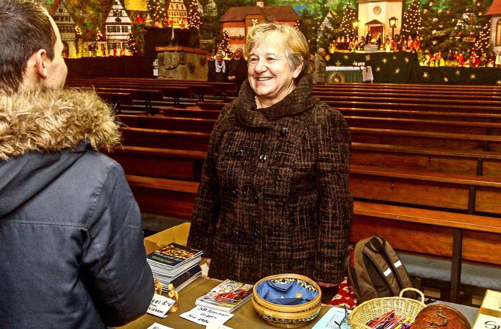 Christine Grzybowksi genießt die vielen Begegnungen an der Krippe, aus denen auch schon Freundschaften entstanden sind. Foto: factum/Bach