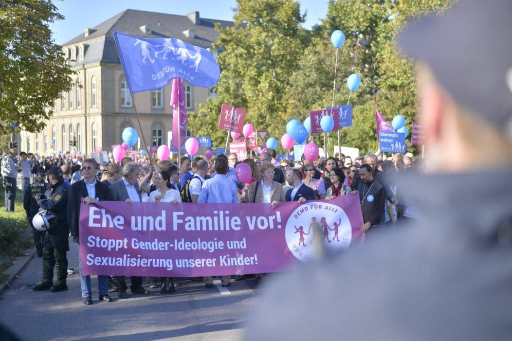 Nach Polizeiangaben rund 1200 Gegner des Bildungsplans haben sich am Sonntag auf dem Schillerplatz in Stuttgart versammelt. Auch Gegendemonstranten zogen auf. Die Polizei war mit mehreren hundert Beamten im Einsatz. Foto: www.7aktuell.de | Florian Gerlach