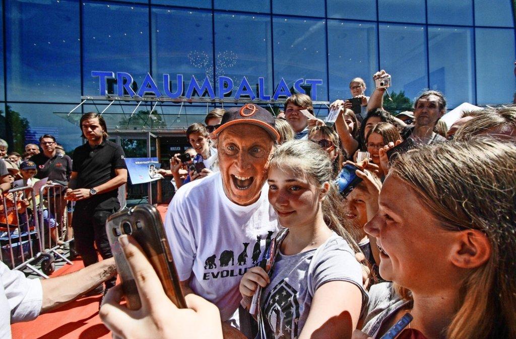 Gute Laune trotz 30 Grad im Schatten: Hunderte Menschen harren vor dem Kino aus, um ein Autogramm und ein Selfie mit Otto Waalkes zu ergattern. Foto: factum/Bach