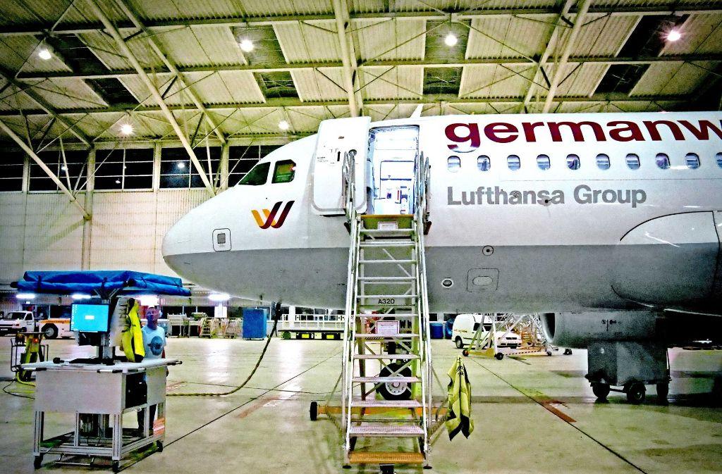 Im Hangar der Lufthansa Technik am Stuttgarter Flughafen werden nachts die Maschinen gewartet. Foto: Hannes Opel