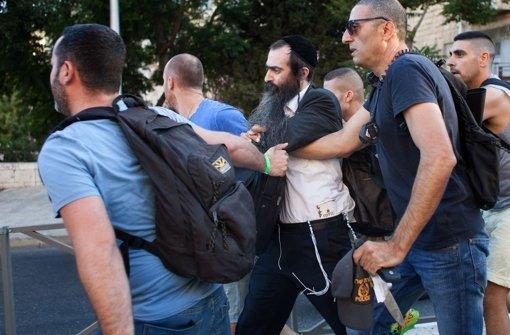 Ultraorthodoxer Jude sticht auf Menschen ein