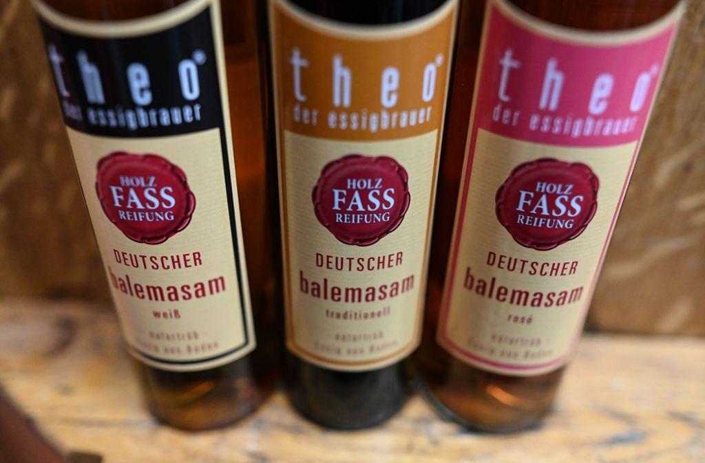 """Flaschen mit """"Balemasam"""" Essig stehen auf einem Holzfass. Der EuGH hat  über """"Balsamico"""" aus Deutschland entschieden: . Die Firma Balema aus Kehl darf weiter eigene, auf Essig basierende Produkte unter der Bezeichnung """"Balsamico"""" und """"Deutscher Balsamico"""" vertreiben. Foto: Patrick Seeger/dpa"""