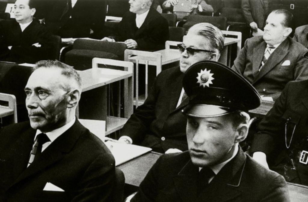 Viktor Capesius (mit Sonnenbrille) im  Auschwitzprozess Foto: dpa