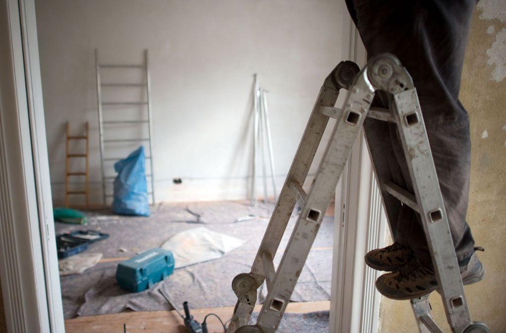 Vor dem Beginn von Renovierungsarbeiten  in Altbauten hat ein Arbeitgeber die Pflicht, festzustellen, ob asbesthaltige Materialien vorhanden sind Foto: dpa