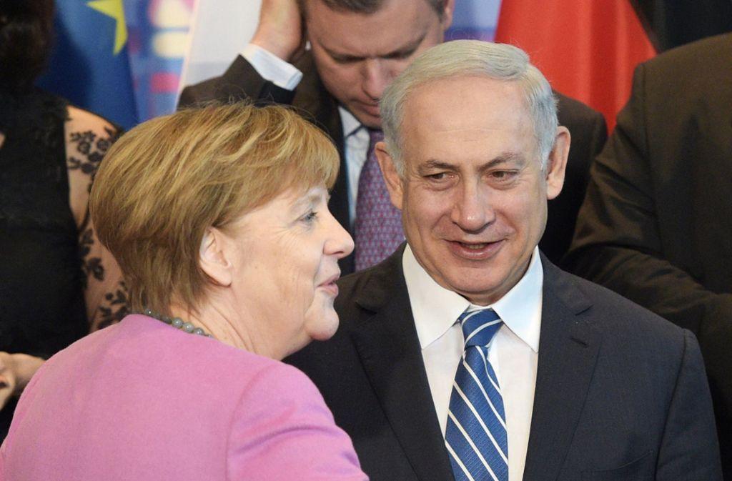 Bundeskanzlerin Angela Merkel (CDU) und Israels Ministerpräsident Benjamin Netanjahu stehen 2016 im Rahmen der Deutsch-Israelischen Regierungskonsultationen im Bundeskanzleramt. Foto: dpa