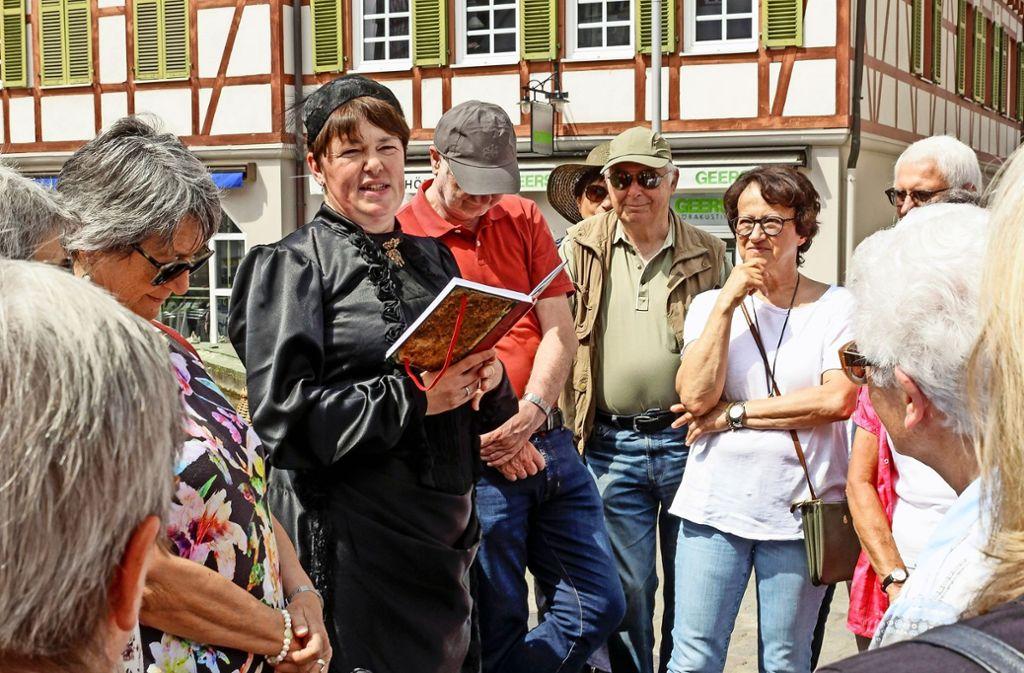 Fast 40 Besucher folgen der Bäckersfrau, die im echten Leben Ina Dielmann heißt und die diese besondere Stadtführung leitet. Foto: factum/Bach