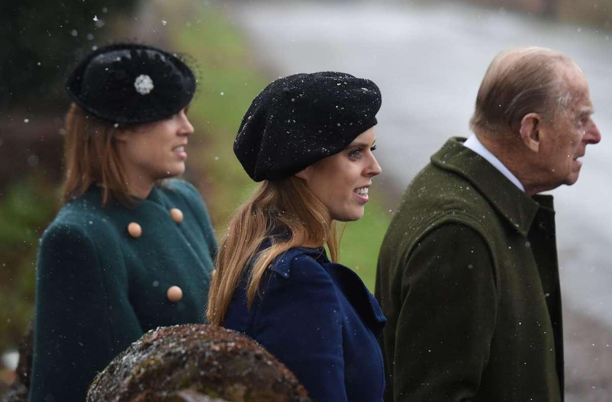 Prinz Philip mit seinen beiden Enkelinnen Eugenie (hinten) und Beatrice (Bild aus dem Jahr 2018) Foto: dpa/Joe Giddens