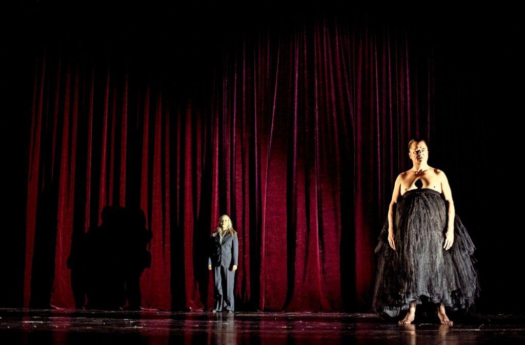 Barfüßig und barbusig auf Verkaufstour:   Peter Kurth als Willy Loman und Jule Böwe als seine Frau Linda Foto: Theater