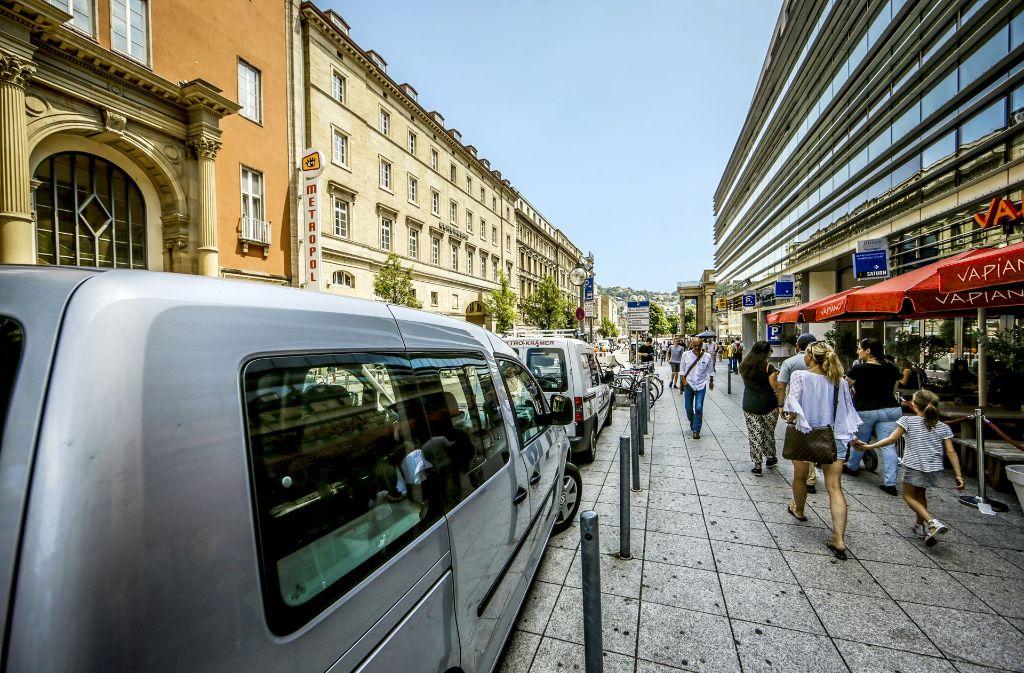 Noch gibt es im Stadtzentrum wie hier in der Bolzstraße einige Parkplätze am Straßenrand. Das  muss sich aber ändern, meinen die Grünen und die SPD. Foto: Lichtgut/Leif Piechowski