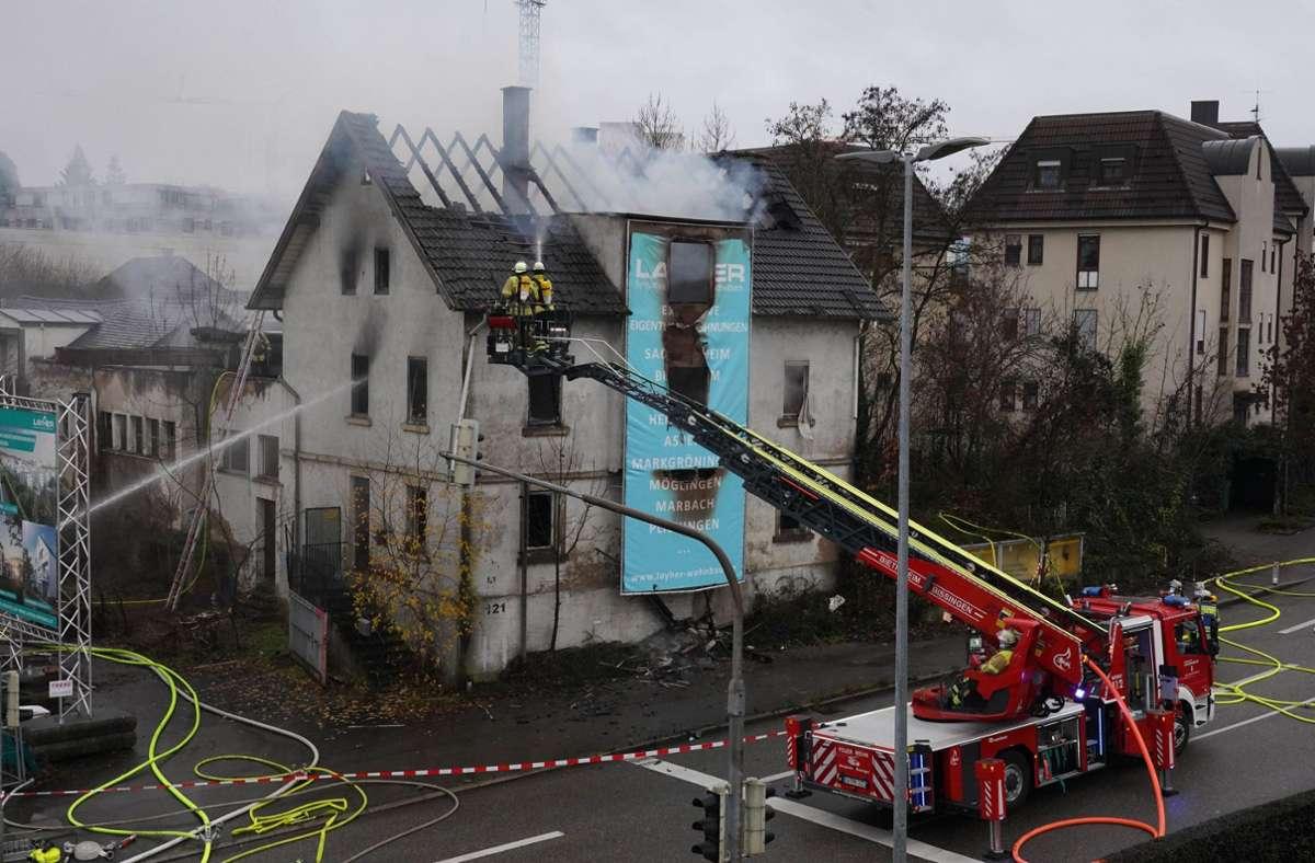 Die Feuerwehr bei den Löscharbeiten. Foto: /Andreas Rosar Fotoagentur-Stuttg