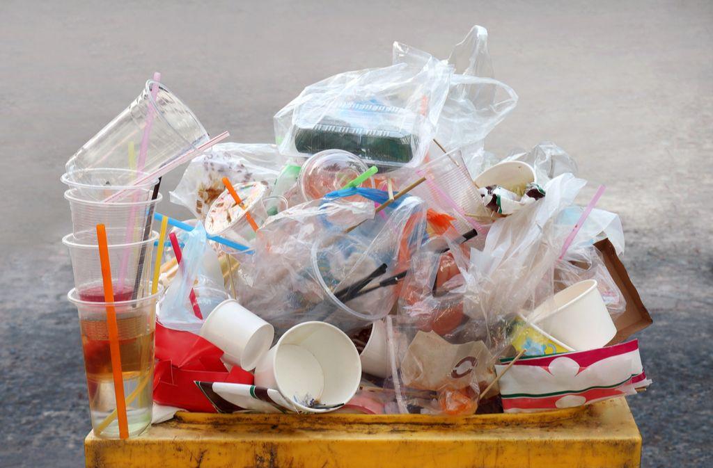Schnell hat sich so ein Berg Plastikmüll angehäuft. Foto: DeawSS / shutterstock.com