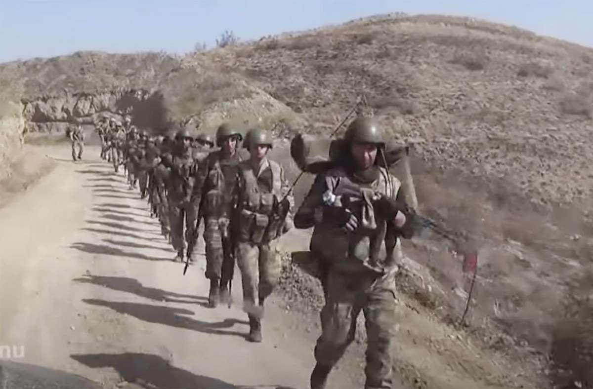 Das Standbild eines Videos zeigt aserbaidschanische Soldaten in der umkämpften Region Berg-Karabach. (Archivbild) Foto: dpa/--
