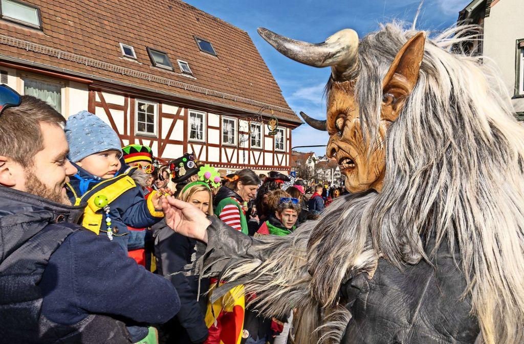 Begegnung in Aidlingen: Der junge Besucher scheint skeptisch. Foto: factum/Jürgen Bach