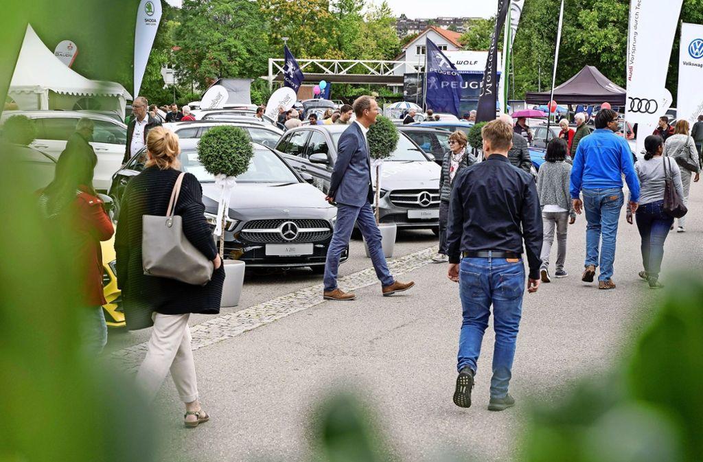 Die 44. Leonberger Autoschau in der Steinstraße lockt am Wochenende viele interessierte Kunden an. Foto: