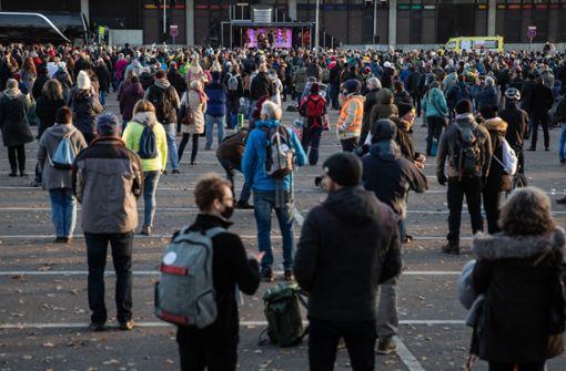 Hunderte Menschen demonstrieren gegen Corona-Regeln