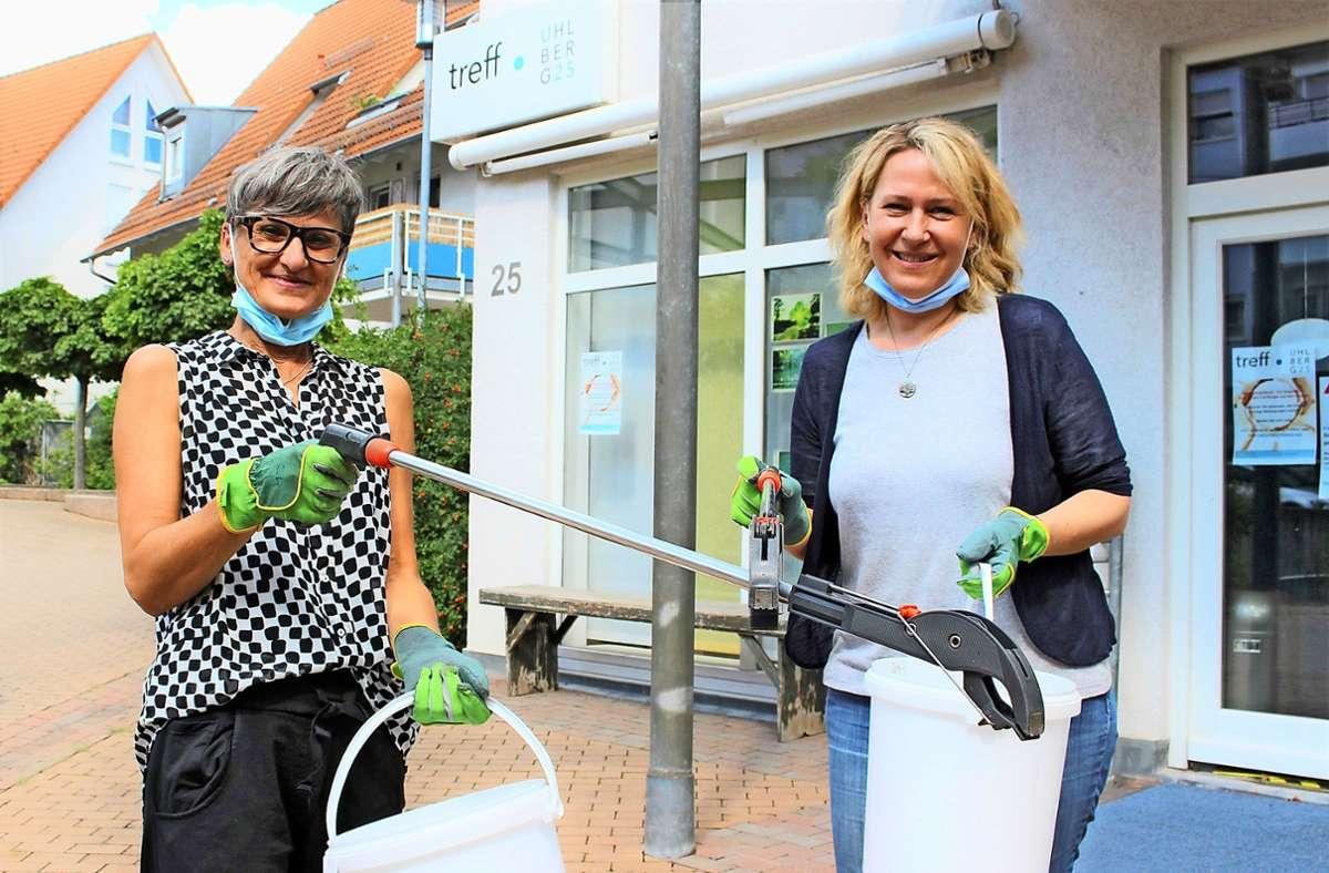 Sabine Koch (l.) hat im Treff Uhlberg 25 unter anderem Müllsammelaktionen initiiert. Bettina Meinert, Quartiersmanagerin, ist begeistert davon. Foto: Caroline Holowiecki