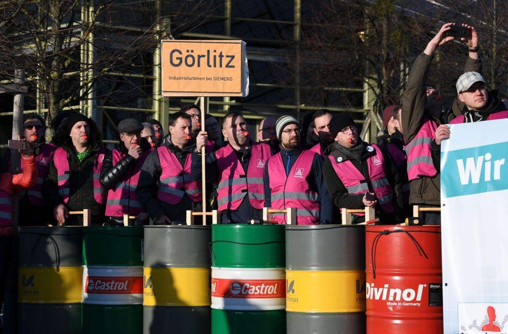 Wer am Mittwoch zur Siemens-Hauptversammlung wollte, musste ein Spalier aus protestierenden Mitarbeiter passieren. Foto: AFP