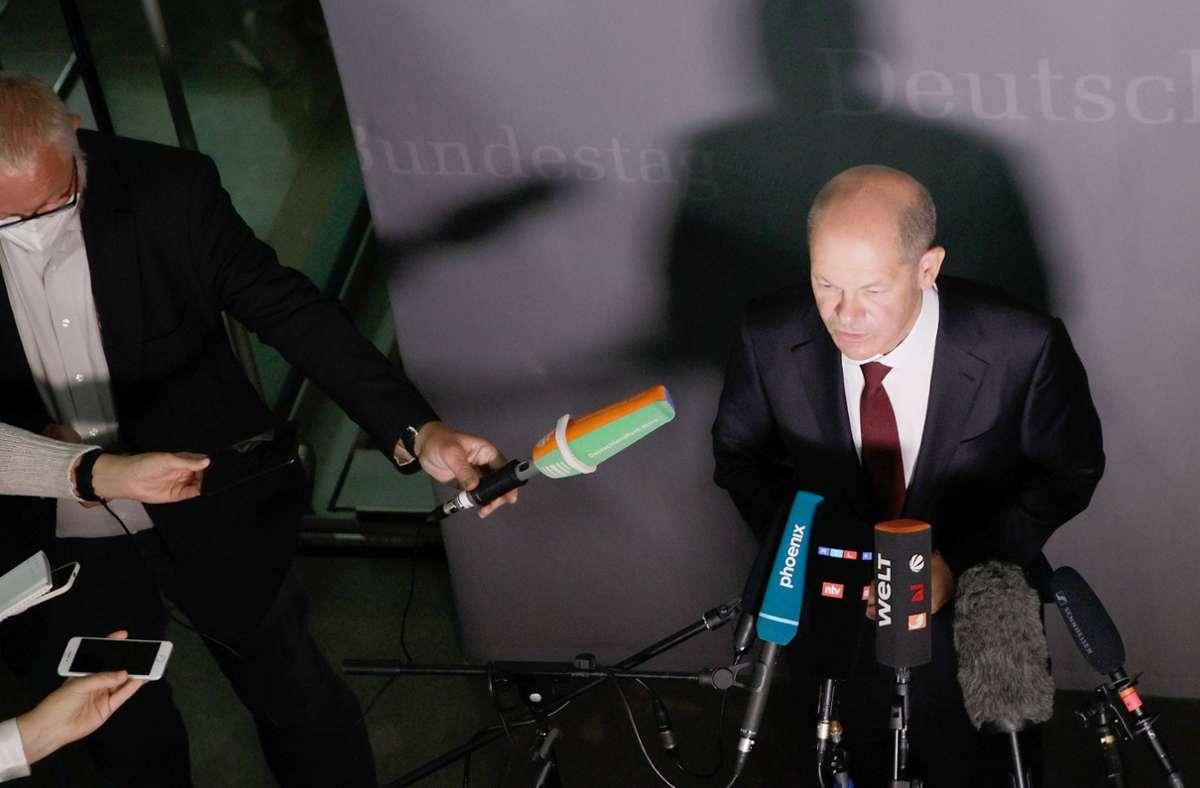 Bundesfinanzminister und SPD-Kanzlerkandidat, spricht nach der Teilnahme am Bundestagsfinanzausschuss zu den Medien. Foto: dpa/Carsten Koall