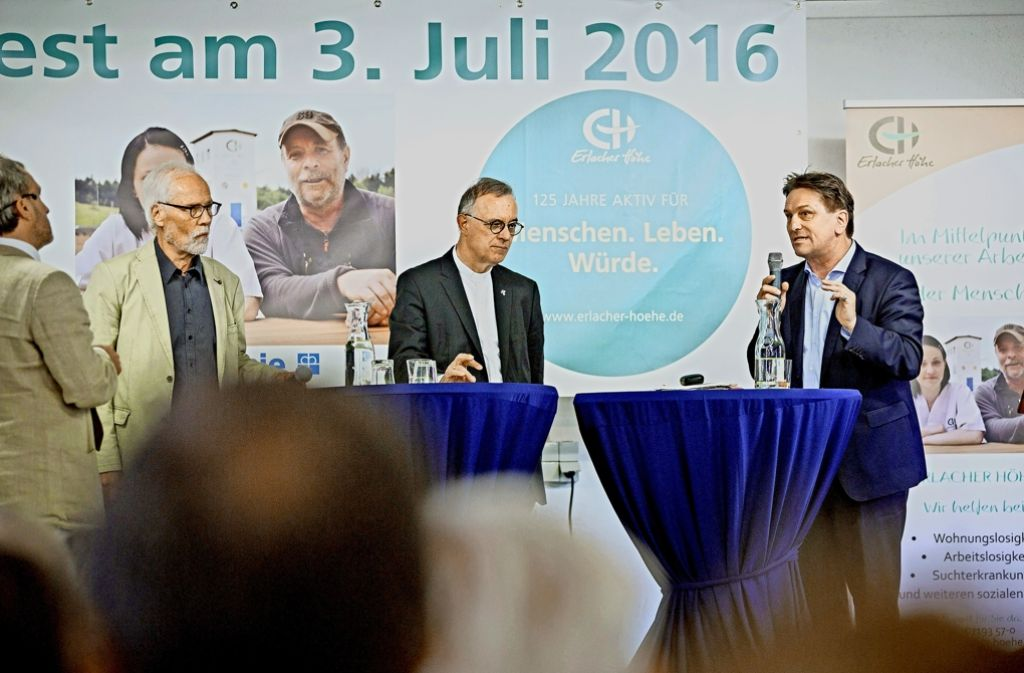 Der neue grüne Sozialminister Manfred Lucha (rechts) erläutert beim Festakt zum 125-jährigen Bestehen der Erlacher Höhe seine Konzepte zur Armutsbekämpfung. Foto: Jan Potente