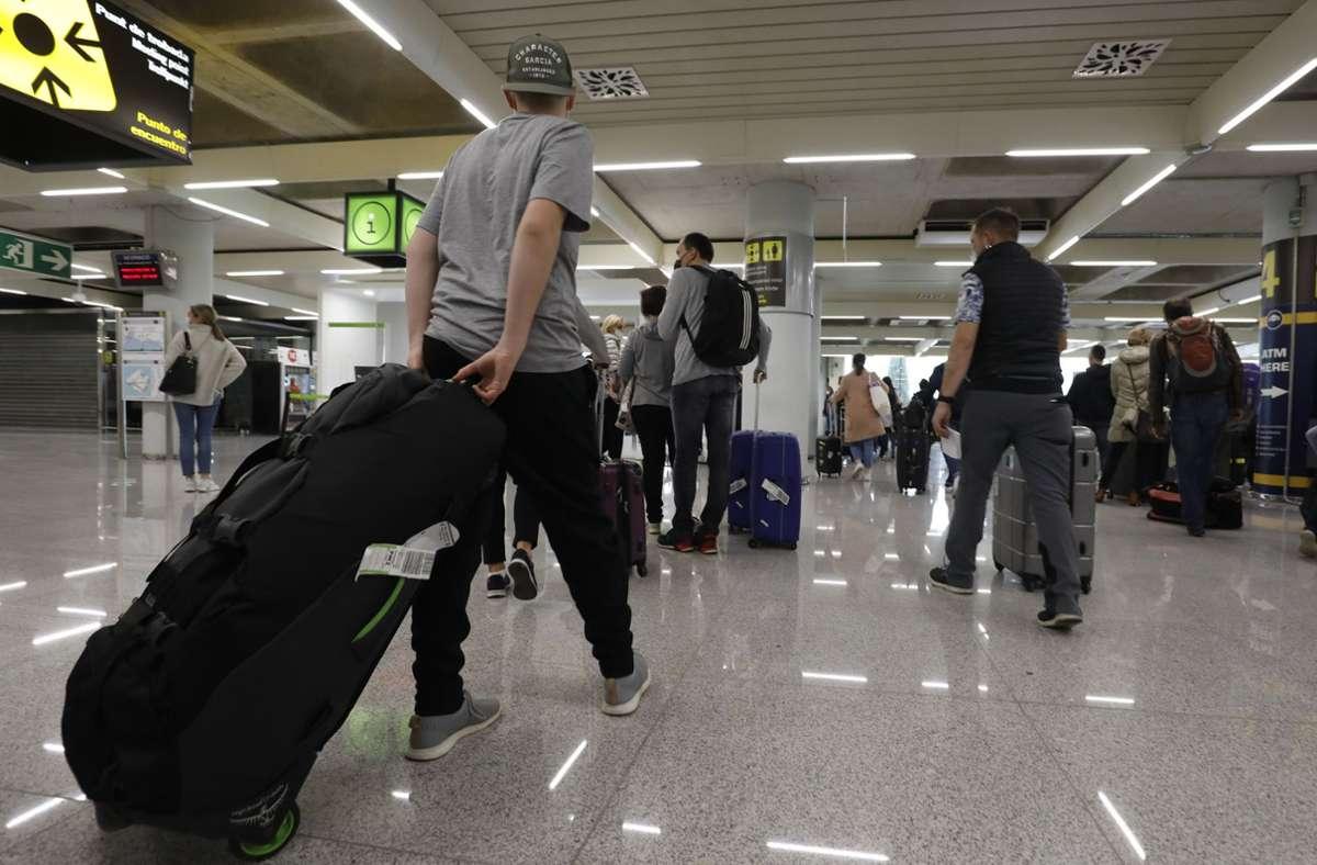Corona-Infektion und Reisen – auch diesen Sommer gibt es einen Zusammenhang (hier der Flughafen von Mallorca). Foto: dpa/Clara Margais