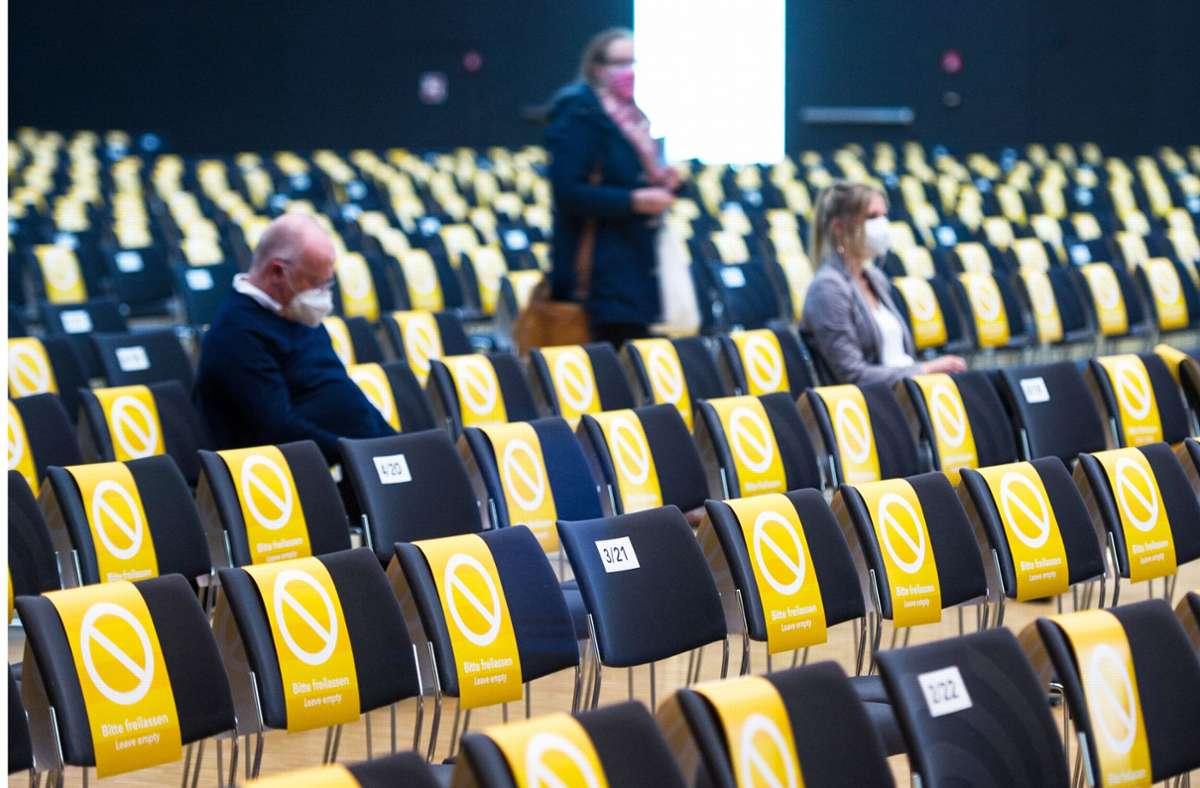 Wegen der Coronapandemie sind im Messe-Kongresszentrum bei der S-21-Erörterung viele Plätze gesperrt. Am ersten Tag kamen nur wenig Zuhörer. Foto: Lichtgut/Max Kovalenko